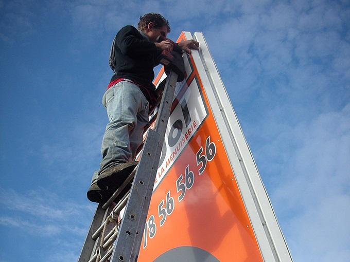 Pose panneau chantier, installation panneau commercial
