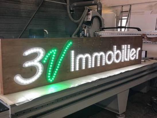 enseigne lumineuse fond bois lettres relief avec LED en point à point