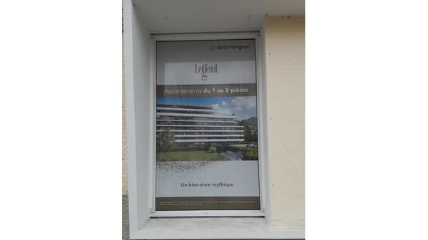 vitrine enseigne adhésif imprimé personnalisé